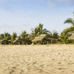 Panorámica de playa y cabañas en Puerto Lopez, Manabí