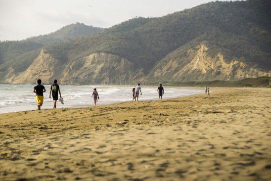 Playa de Puerto Lopez, Manabi con gente caminando