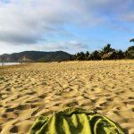 Toalla en la arena de una playa