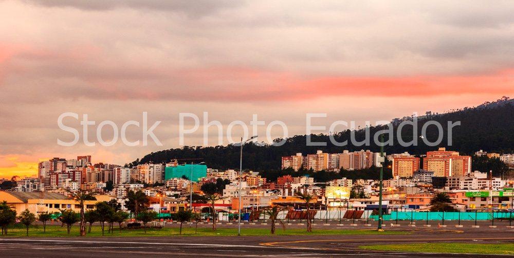 Quito Moderno / Quito atardecer en invierno Stockipic